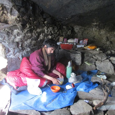 mingyur-rinpoche-cooking-in-cave