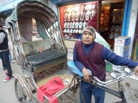 El señor conductor del rickshaw, con su vehículo clasista