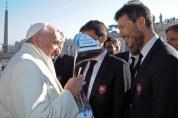 Regalan copa argentina al Papa Francisco