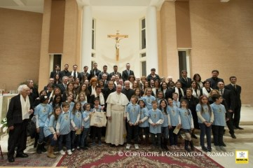 Papa Francisco parroquia de roma posando