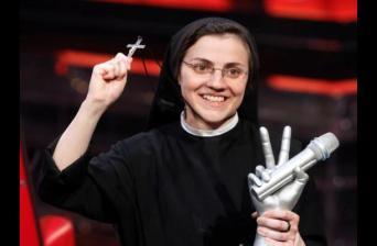 sor_cristina-cruz y trofeo