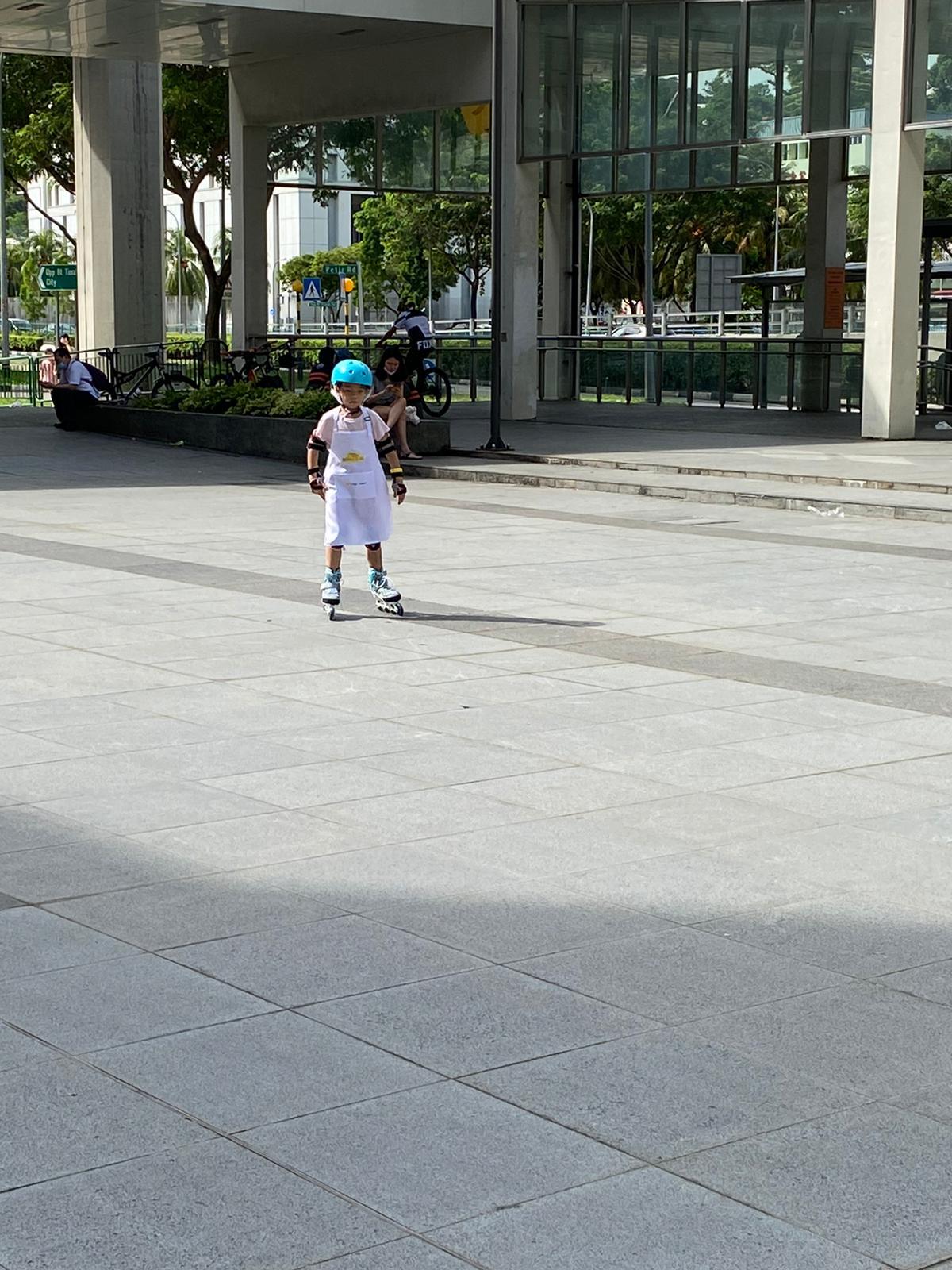 Apron roller skating