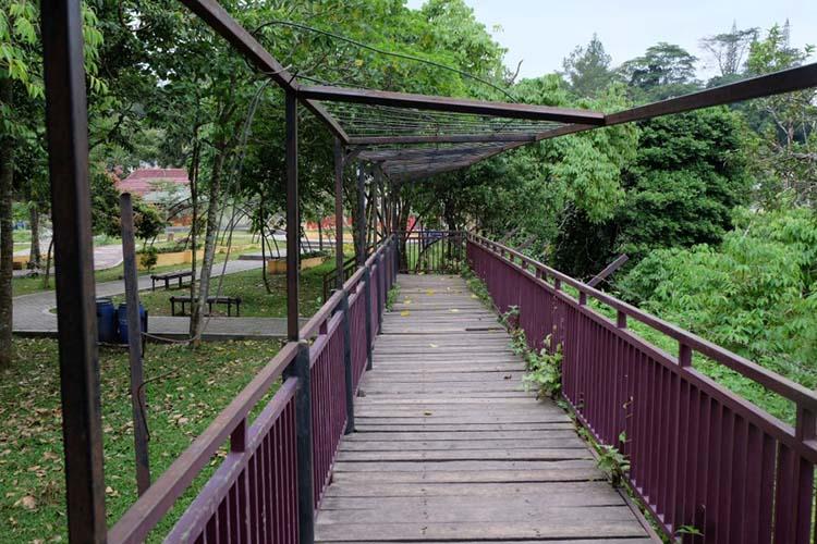 Kerangka besi rusak di Jembatan Selfie Ngarai Maaram Bukittinggi