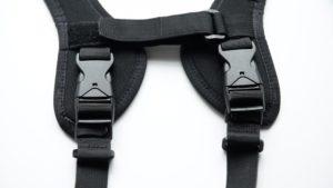 背面のベルト端はロックが簡単に外れない3点タイプ