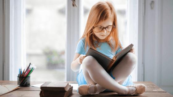 打楽器の教則本を読む女の子