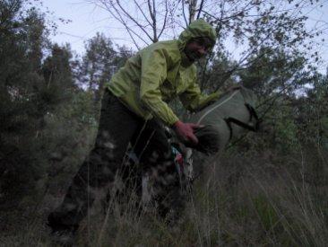 Specjalistyczny strój do rozbijania namiotu podczas ataku komarów