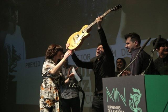 triangulo-de-amor-bizarro-recogiendo-su-premio-gibson-a-mejor-album-de-rock