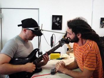 עמית רגע לפני סיום הסט אפ לגיטרה שלו