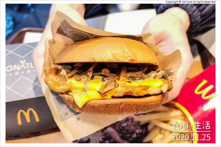 [麥當勞] 松露蕈菇嫩煎雞腿堡 | 期間限定極選系列、義大利松露油、翻炒厚切蕈菇