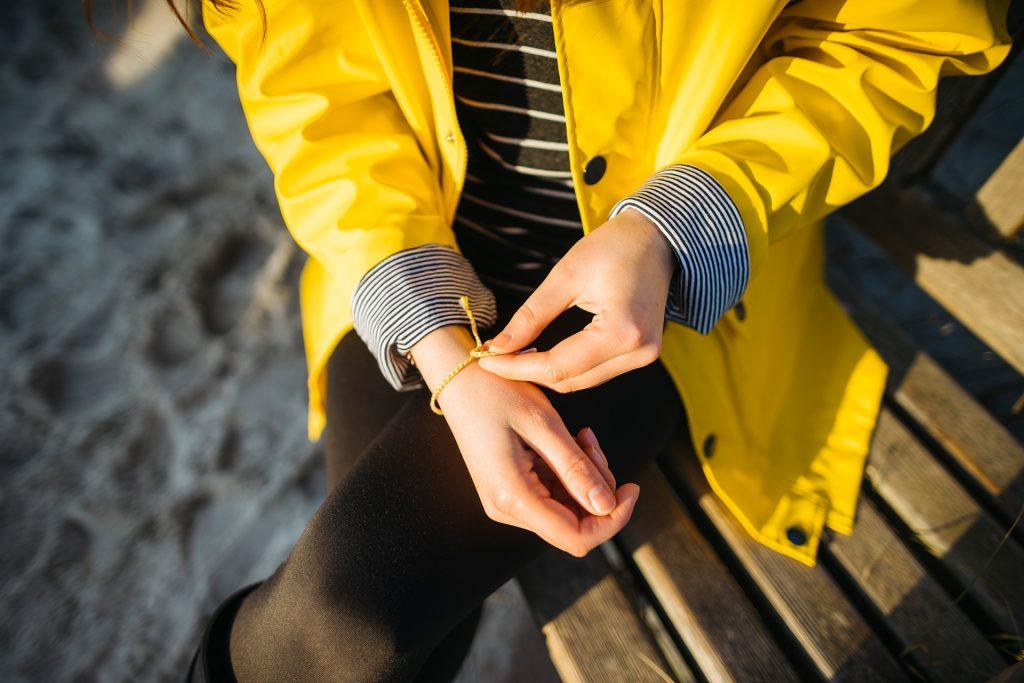 Gelbe Regenjacke und gelbes Armband - YouandIDIY