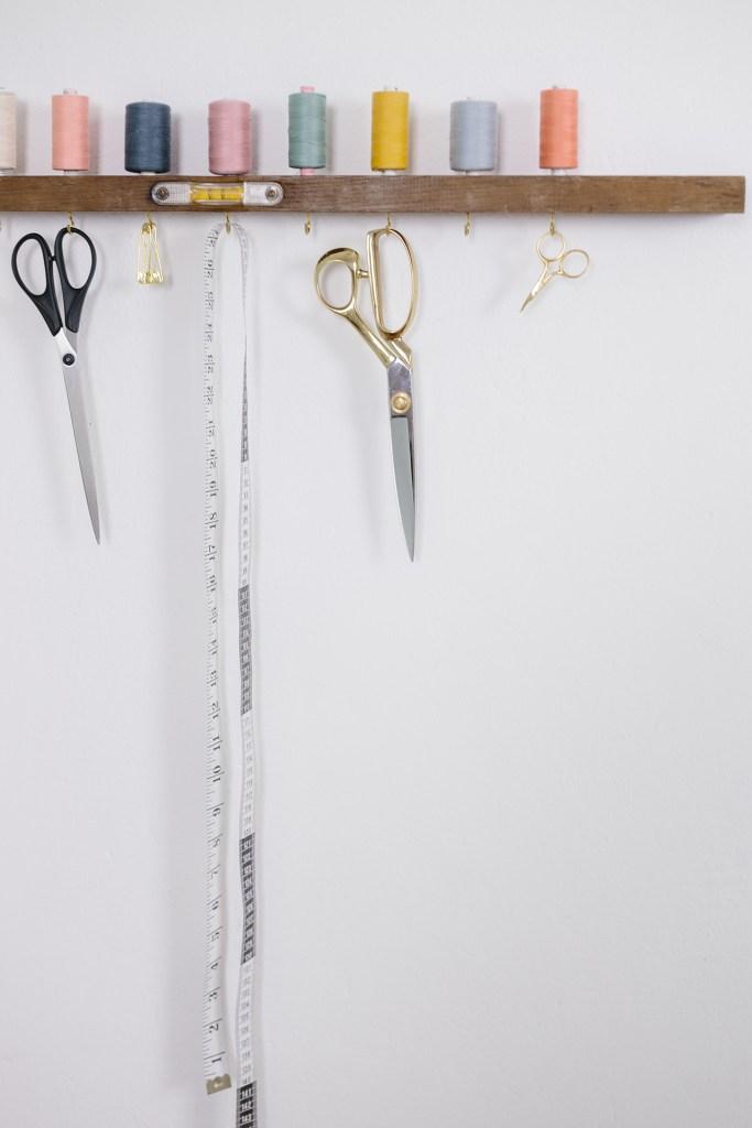 DIY Garnrollenhalter und Nähzubehörhalter aus einer alten Wasserwaage selber machen, Upcycling - You & I DIY