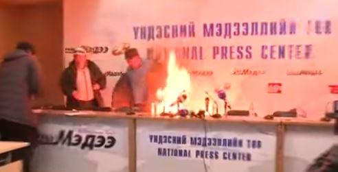 В Монголии глава профсоюза устроил самосожжение перед телекамерами, протест монгола, новости, видео клуб,видео новости,новости,блог,что случилось в монголии,