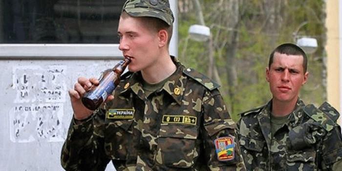 пьяный украинский солдат, солдат всу пьяный, защитники Украины, видео солдат Украины, пьяный Львовский солдат, прикол над Украинскими солдатами, блог, блог Украины, новости Львова, Украинские новости, правда об армии Украины, на что способна армия Украины, стоит ли верить Порошенко