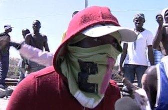723 мигранты устроили в центре Южной Италии массовые погромы, толпа поджигала машины,громила остановки ....
