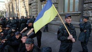Сегодня на автовокзале украинского города Сумы около ста военнослужащих ВСУ заблокировали работу вокзала и не выпускали отъезжающие автобусы.