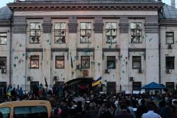 Толпа ломает забор у посольства России в Киеве ( Прямая трансляция)