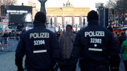 Мигранты избивают полицейских в Европе (Видео)