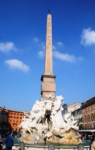 Puis direction la place Navona, une des plus célèbre à Rome, avec ici la fontaine des quatre fleuves.