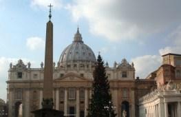 Puis on s'approche du Vatican: la basilique saint Pierre, avec son superbe sapin.... mmmmh c'est bientot Noel!
