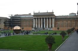 A l'intérieur on visite les jardins et musèes du Vatican