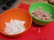 On coupe le poulet en petit morceaux et on émince les oignons