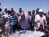 بالصور.. وزير الزراعة يغسل وجهه من بئر مياه جوفية بجنوب سيناء