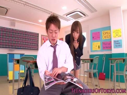 優等生の美少女が同級生のチンポをフぇラちおする白人美少女セツク動画