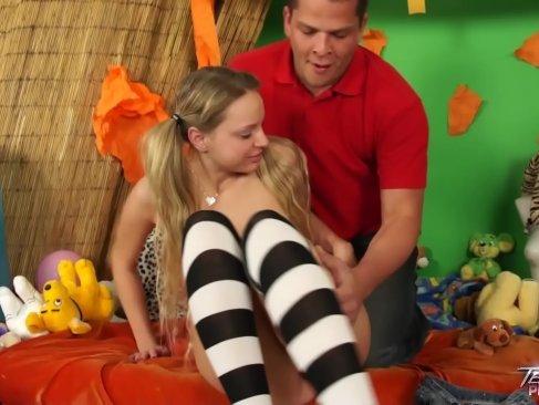 ツインテールの童顔金髪娘が笑顔で楽しそうにセックス!パイパンおまんことアナルをハメられてる洋物動画