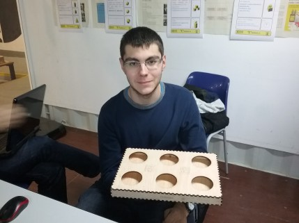 Roberto con la caja para las bolas de boccia