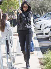 Kylie-Jenner-Booty-in-Tights--11