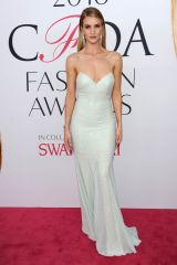 rosie-huntington-whiteley-at-cfda-fashion-awards-in-new-york-06-06-2016_4