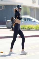 Kendall-Jenner-in-Tights--02