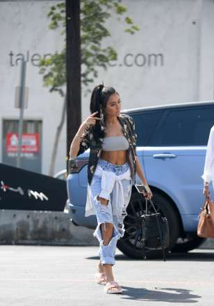 madison-beer-shopping-at-mayfield-07