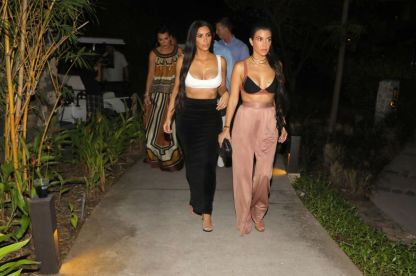 kim-and-kourtney-kardashian-out-for-dinner-in-costa-rica-01-28-2017_3