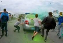 Подростки напали на полицейских на фестивале красок