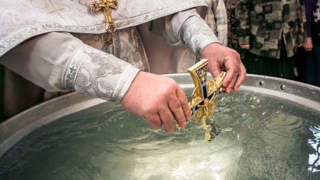 Умывание водой молитва. Молитва при лечение святой водой