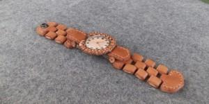 """文字盤も含めあらゆるところが革で作られた """"革時計"""""""