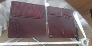 長財布のかぶせの外側(左)と内側(右)