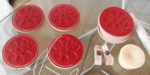 極太の糸で8ミリ厚のレザーを縫っていきます。