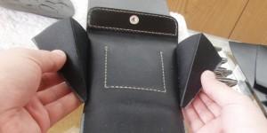 小銭ポケットと本体は、内側をコの字に縫って取り付けます。
