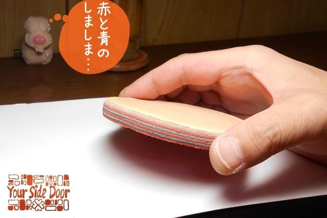赤とネイビーの床革を重ねて厚みを出しています