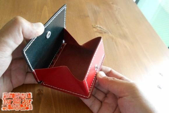 小さくてシンプルで革の蝶番の小銭入れです