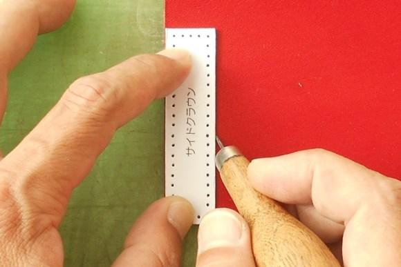 型紙の枠と縫い穴をけがきます