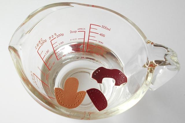 アッパーA・B・Cを水に浸し、余分な水はタオルやティッシュで拭きます