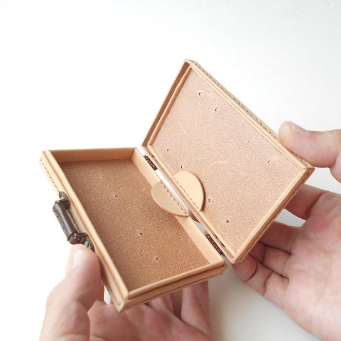 附印籠という箱の形状を革で作りました