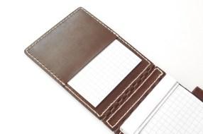 かぶせの内側にポケットがあるので、切り取ったメモを入れておくことができます。名刺なども挿しておけるサイズです。