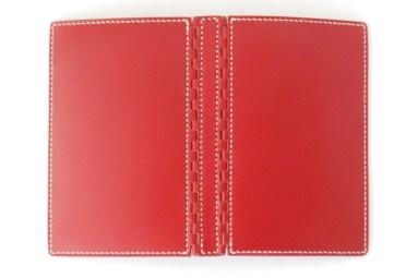 アニリン仕上げ革の艶やかな赤