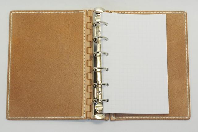 生成りのヌメ革のレザー蝶番のシステム手帳です