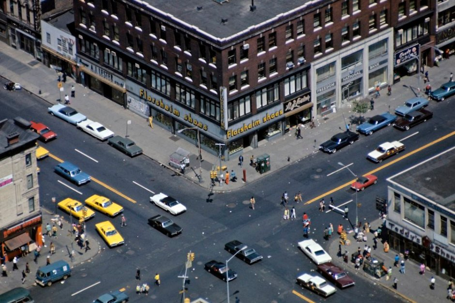 Harlem: The Ghetto. New York City- Harlem- juillet 1970: le ghetto; vue aÈrienne d'un carrefour ‡ Amsterdam Avenue, avec ses taxis jaunes. (Photo by Jack Garofalo/Paris Match via Getty Images)