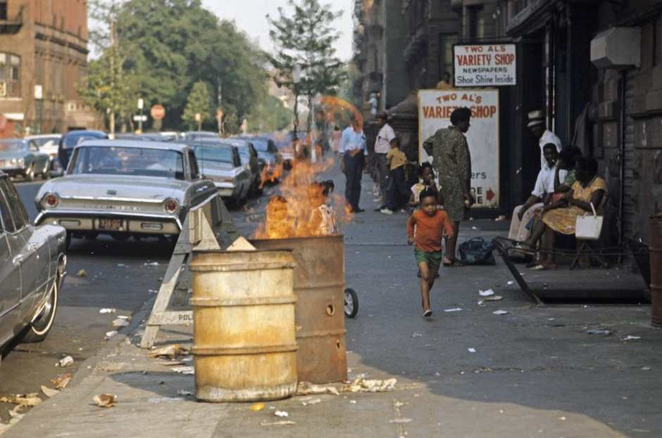 Harlem: The Ghetto. New York City- Harlem- juillet 1970: le ghetto; containers rouillÈs sur le trottoir abritant des feux et dÈtritus dans une rue. (Photo by Jack Garofalo/Paris Match via Getty Images)